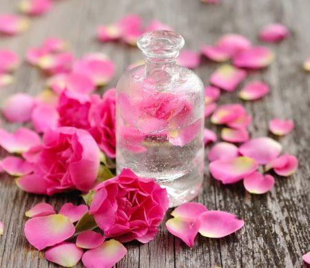 Acqua di rose, rimedio che ringiovanisce e porta benessere alla pelle